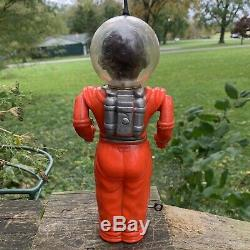 VINTAGE IRWIN SPACEMAN FROM MARS With RAY GUNS WIND UP TOY. 1950's